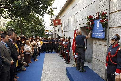 Ofrenda durante la celebración del 20º aniversario de la tragedia de Almacenes Arias (la placa azul ya no existe). - Foto: El Mundo (pulsar sobre la imagen para leer la noticia).